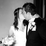 Det lyckliga brudparet tågar nygifta ut ur kyrkan