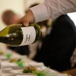 Vinet hälls upp till bröllopsmiddagen