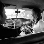 Bröllopsfoto - Eleonore och Tobias i bilen