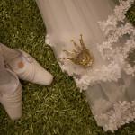 Bruslöja, krona och skorna med det obligatoriska myntet