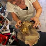 Brudens frisyr fixas hos frisören