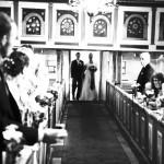 Brudparet tågar in i kyrkan