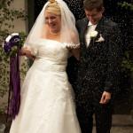 Gästerna kastar ris över det nygifta lyckliga brudparet