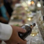 Vinet hälls upp på bröllopsmiddagen
