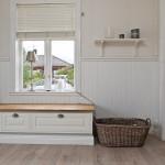Den gamla stilen med pärlspånt och väggfast bänk vid fönstret - interiör