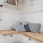 En väggfast bänk ger en skön och vacker läshörna - interiör