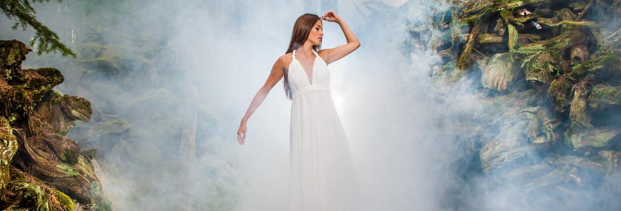 Fotografering vacker modell on location med blixt och rökmaskin